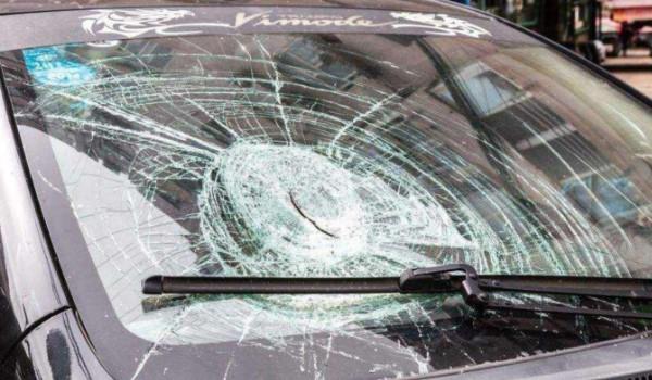 买的新车玻璃有问题怎么办,4s店买车发现玻璃是换过的