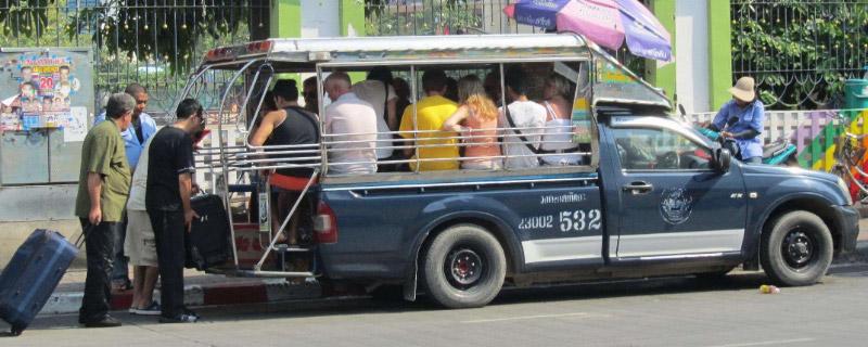 五座车上高速能坐几人,轿车可以坐5个人上高速吗