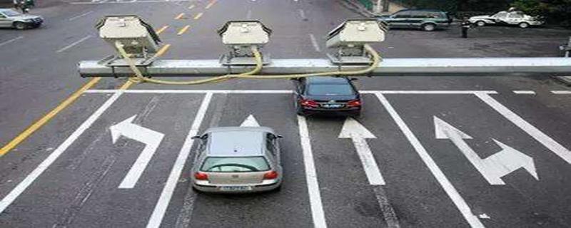 红绿灯前压实线变道扣几分,在红绿灯中间停下算不算闯红灯